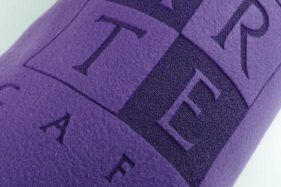Fleecedecke mit Logo und Text durch Lasergravur aufgebracht durch Lasergravur von biasto laserdesign
