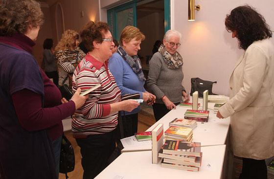 Großes Interesse herrschte an den Büchern von Pfarrer Christoph Kreitmeir. Foto: Günther Geiling