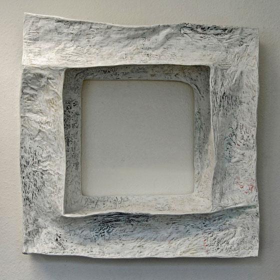 ohne Titel, 2013,  Papier,Draht auf Holz  80x80x29 cm