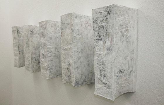 ohne Titel, 2013,  Papier,Draht auf Holz  50x125x26 cm