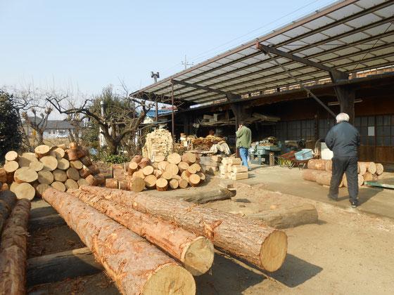 薪の調達 薪屋さん~ ひげっかわの赤松。 素晴らしい廃材が窯焚きに再利用。