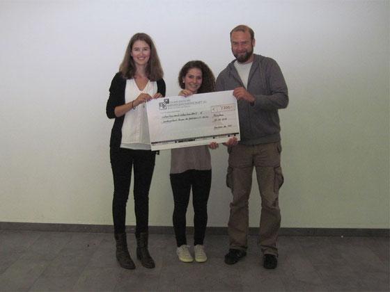 Scheckübergabe der Schüler-Mentorinnen an Projektmitarbeiter Andreas Heindel