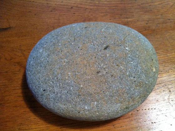 石です、、普通の石、。 たぶん哲平が小さい頃、河原で拾ってきた石だと思います。 おもちゃ箱に入ってたのを貰いましたw 特別この石が気に入ったってわけじゃないんですけど、何かグッとくるところがあって、。