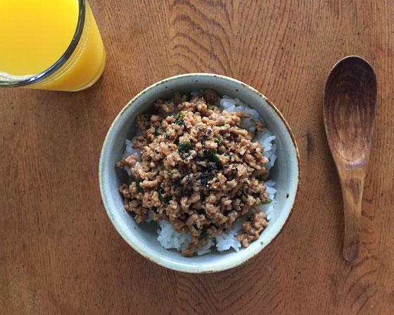 ひき肉で、一週間ぶんの「しっとりふりかけ」を作ってみた! 息子さんの反応も良かったんですけど、一つ難点が、、朝食作る時間を短縮する為に作ったのに、冷蔵庫に入れると肉の脂肪分がラード化し、白く固まるからそのままじゃ使えないし!(汗) でチンするも、フライパンで炒め直した方が美味しいみたいで、、結局時短にはならかったわw *一週間ぶんを四日で喰い尽した事も想定外!(汗)