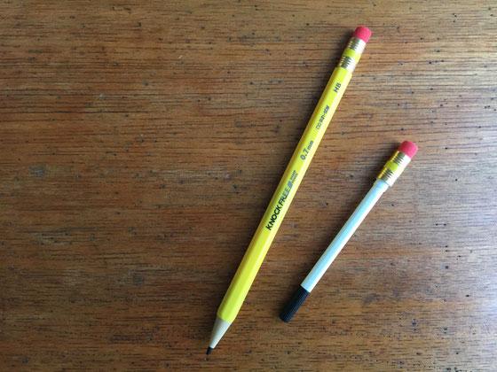 あい変らず文房具男子な息子さんですけど、最近のお気に入りがこいつ! これ鉛筆に見えるけど、実はシャーペンなんですよね!? 小学校はシャーペン禁止だけど、今の所まだバレてないらしい!(汗)ちな鉛筆の芯の先からシャーペンの芯が出ます、、それもフルオートで! つまりノック要らず!