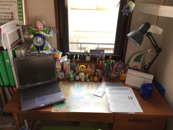 息子さんの机、、、、勉強に関するモノは無し!(汗) 壊れたPCを机に置いて「なんかいい感じやろ!」と、、、(汗) 不安だわ、。