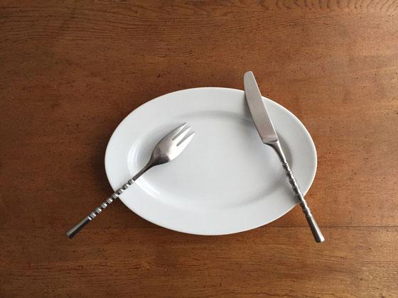 スタンリーロバーツ社製、、アメリカのメーカーだけどMade in Japan! 持ち手が細くて頼りなさそうだけど、超シッカリしています! 北欧な皿で使うとくどそうだけど、シンプルな皿だといいと思います♪