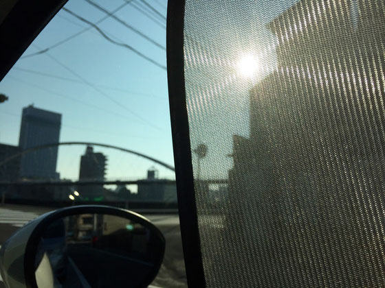 梅雨も明けて本格的に夏感でてきましたね~♪ うちの奥さんが車にサンシェードを取り付けていた!(滝汗)ん~~ダサいわ~、。(滝汗) サイドにスモーク貼ってもよかったんでしたっけ? てかサイドにスモーク貼るのもダサいかww まあ自分が運転するときは外したらいいか、。 *うちの奥さん夏になると「日傘が欲しい、。」毎年言うんで、その都度「買ったらええやん。」このくだりをワンシーズン何回も!それを何年も‼ 先日やっと日傘を買ってくれたんで、このやり取りから解放されるわ~www