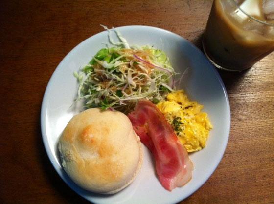 金曜日:パン+ベーコン+スクランブルエッグ+アイスカフェオーレ