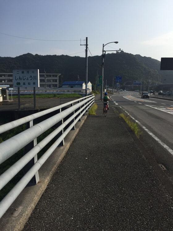 須崎到着、、ここからも高知市まではアップダウンが多くて、、(汗) 当初予定では須崎から海沿いを走る予定だったんですけど、テントのフライを取りに自宅に立ち寄ることにしたので、そのまま56号線を進む。。。
