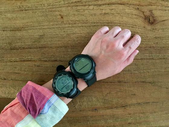 少し前に突然ヴェクター(時計)が死んだんですよね、。 次の時計探しでプロトレック(カシオ)も候補に入れてたんですけど無骨過ぎてなんだか、。 結局スントかなと、、でコア(種類)にでもしようかなと思ってみたもののなんだか攻めてる感あるし、、結局同じヴェクターにした♪ 今のは前のと少し変わっててダイヤルが白く縁どられ、ベゼルの方角表記も変わり、液晶も少し青みがかってて、、、少し若い感じが気にはなるけど、まあ許せる範囲かと♪ でもこうして並べると初代のゆるさがカッコいいよね~♡ 修理に出そうかな?
