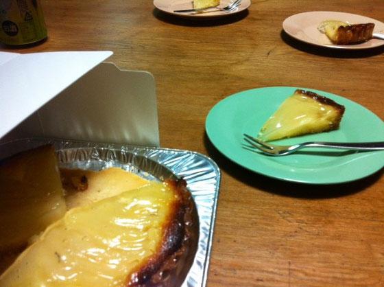 ケーキに突入♪ リンゴのタルトでした、。 僕と哲平は生クリームのケーキの方が好みだったんだけど、、、(滝汗) と言いつつ意外にまいう~w *それにしても絵図らが地味で、。ww  この後もスナック菓子に突入しレンタルしていたDVDを見て、、、、超いい誕生日でした♪