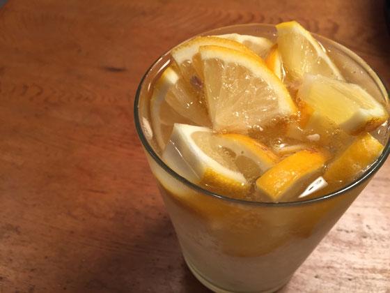 で実家産レモンを晩酌のハイボールに一個分をぶち込んだ! いいですね~、、後2~3個採っときゃよかったわw *レモンは完熟しててもやっぱ酸っぱ!