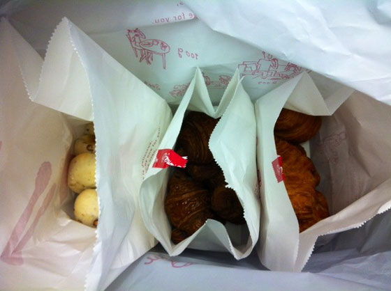 おぉ!僕の好きな小豆入りもちもちパン!! 写真じゃわかんないけどこのパンだけ大量に入ってるし! あざーす♪ 超サイコーでした!w 西本さんいつもありがとうございます。