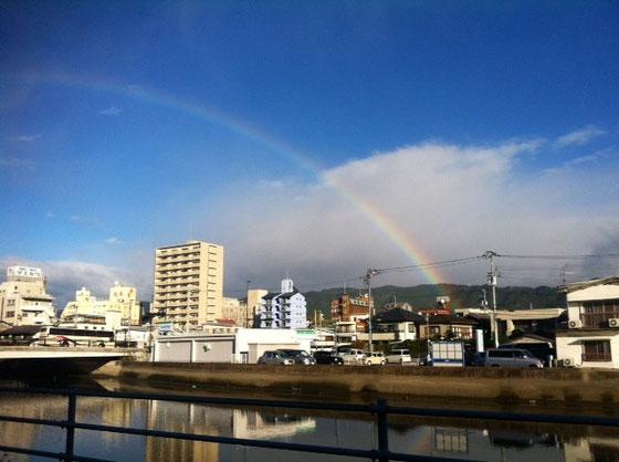で、今日の通勤中には虹が、。 スペシャルいいことありそうなんだけど♪