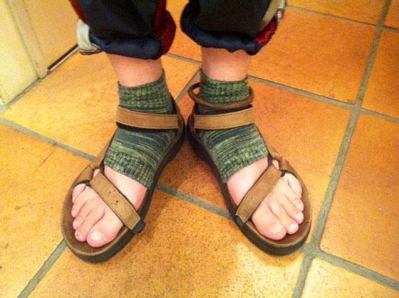 この手のサンダル履くとき先のないソックスを履きます、。 素足じゃラフすぎかな?って一応気にしたりしてw このタイプなん足か持ってますがコレは先と踵がないタイプなんですけどね、今日「なにそれ!?w」って笑われました。 何年も前からこの手の履いてるけど笑われたのは初めて! もちろんバカにするような笑い方じゃないし「そんなの初めて見たw」な感じだったけど、皆さん変ですか?w