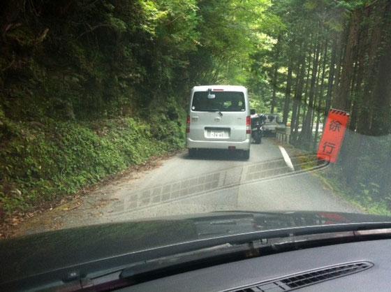 高知側からだと、道路補修為よさこい峠で完全通行止めになってます!(完成未定)なのでよさこい峠に駐車したら片道3Kmの旧登山道?を通って石鎚山登山口まで行くことになります! 伊野方面から行かれる方は気をつでてください。。まぁウォーミングアップと思えば、、長すぎるけど!(汗) 後、車での途中3ヶ所の時間規制通行もあるのでタイミング悪いと30分は待たされます!ちなみに僕らは3ヶ所とも引っ掛かりましたw