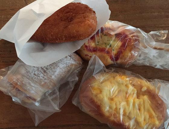 なんか新しくできたらしいパン屋さんのパンをいただいた♪ すげ~久しぶりにカレーパンを食べたけど、なんかいい感じ♪ 美味しかったです!