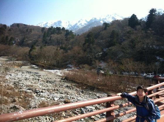 """奥の雪かぶってるのが大山、、何時間か前まであの頂上にいてたなんて、、、まあ降りてくると""""近くて遠い""""から""""遠くて近い""""に変わるもんですけどねwww  て感じで春休み第一弾は鳥取の大山登山でした!  *クニ!次はどこいこ!?w"""
