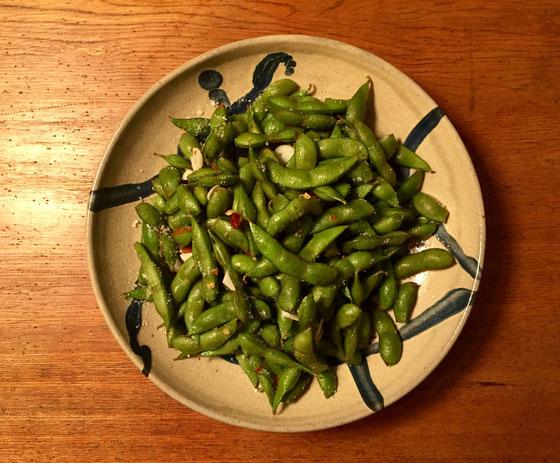 枝豆をニンニクと鷹の爪をゴマ油で炒めて、、、エンドレスで食べられる恐ろしい料理♪
