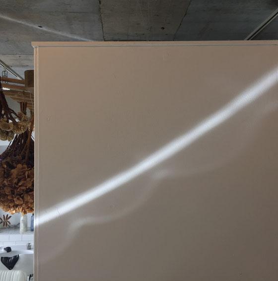 この時期、午前中の限られた時間に現れる光の帯、、天井にもサークル状に出現するnimaの季節モノ。