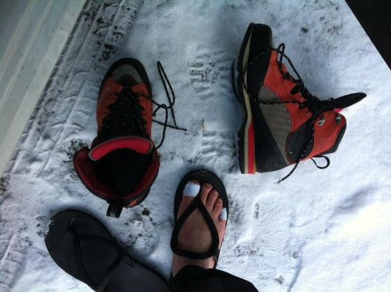 今年の初山登りは、お一人様で行って来た、。 アレ?お友達は??ってブログ読んでる方なら思うでしょうが、、いろいろあって、、、(滝汗) まぁ登りたくて行くんだから一人でもOKなわけで何の問題もございませんw 写真は駐車場での一枚ですけど雪、、、去年駐車場には雪が無かったけどな~上はどんなんなってんだろ?的な、、、取りあえずロープウェイで登山口のある成就社へ、、