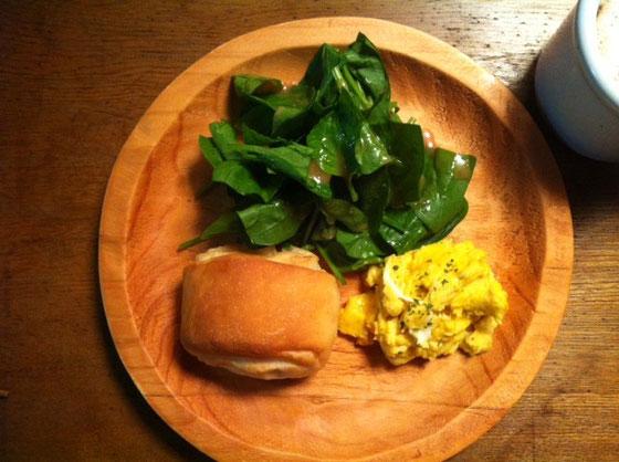 木曜日:塩パン+スクランブルエッグ+カフェオーレ