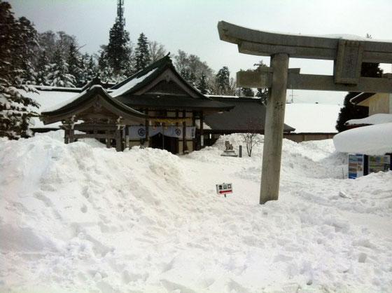 ロープウェイ終点から25分で成就社。 ココが登山口ね。。。 神社で家内安全と今日の登山の安全を祈願し出発!