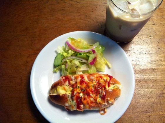 水曜日:エッグドッグ+チーズ乗せ+アイスカフェオーレ