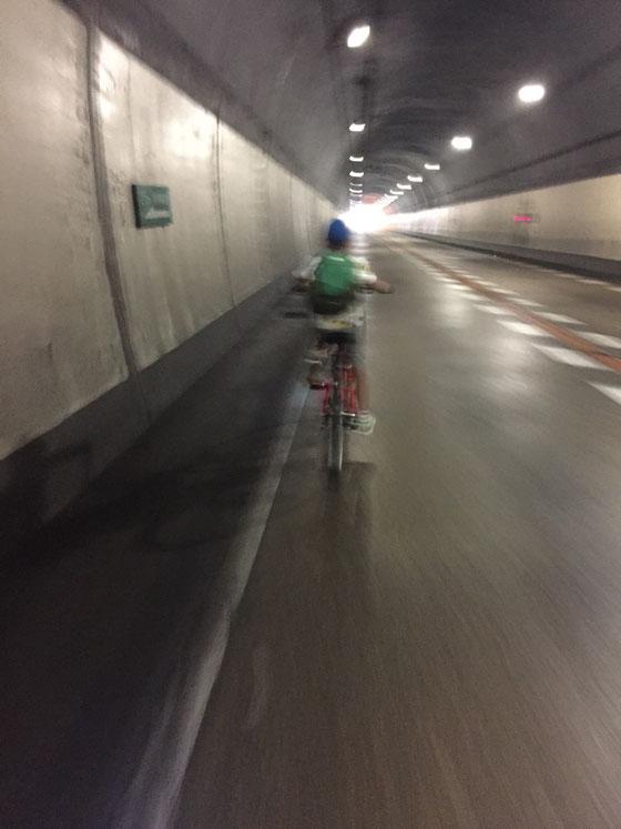 車が走らないトンネルって涼しくってオアシス♪