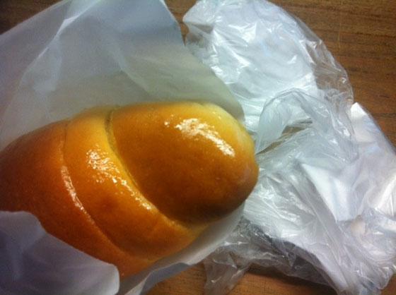 と、塩パンも頂いた! でこれが美味くて美味くて♪ ぶっちゃけ以前食べた塩パンが普通のパンだったんで、その塩パンが味の基準になってて塩パン=普通なパンだったんですけど、頂いた塩パンはバターが効いてて超うまかった!以前感じた普通と言うか物足りなさが無くコレだけでイケるし♪ 塩パン=うまいヤツは超うまいに変わりましたよ! dさん美味しい物をありがとうございました! と、この塩パンどこのですか?w