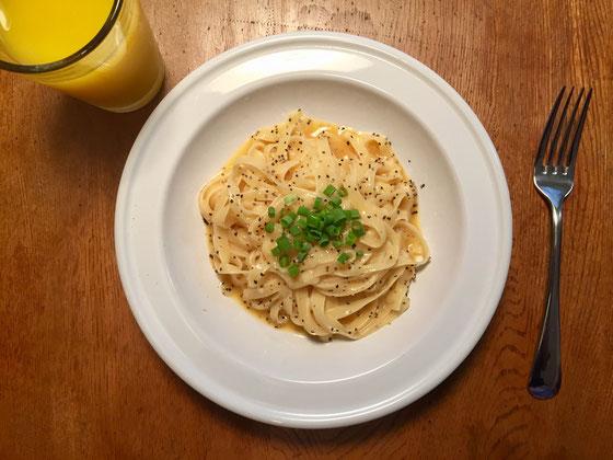 今朝の息子さんの朝食は、和風カルボナーラにしてみた、、玉子、麺つゆ、チーズ、ネギ、コショーのみ! けっこうガッツリいってくれました♪