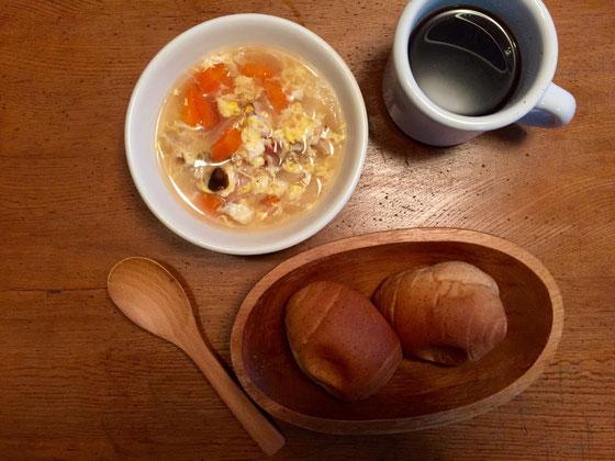 朝はスープとパンの時が多いんですよど、スープは月曜日に5日分を作る、、5日?  7日ではなく5日なんです。 単純に3人の7日分(21皿)を調理できる鍋を持ってないだけですwww