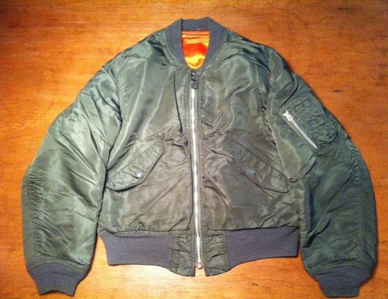L-2B、、このフライトジャケットの品名です。MA‐1みたいでしょ~ まあ似てるけどいろいろと違うところはあって、、、て事じゃなく今回は丈の話。 20年ぶりくらいに引っ張り出しました。で着たんですけど無理!w L-2Bってこんなに丈が短かったっけ?ってくらい短い! スペンサージャケット並みですよwww よくこんなの着てたわ、、ジャストってのがいけないんだろうな~ 今コレ着ちゃうとミリタリーオタクに見られそうだからやめとこ~w