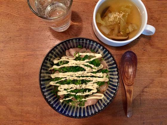 息子さんの夜食にネギマヨ丼を作った、、満点をいただきやした♪ 食べ盛り=成長期 背が伸びてる感あり!