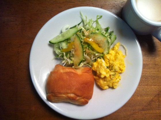 日曜日:塩パン+スクランブルエッグ+カフェオーレ