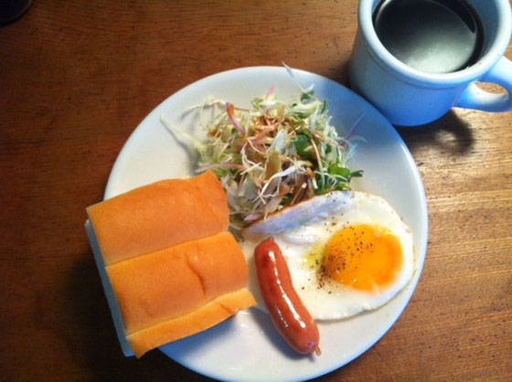 土曜日:ミルクパン+ソーセージ+目玉焼き+ホットコーヒー
