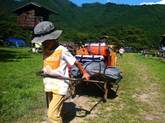 リアカーを借り、自分たちの区画に荷物を運ぶこと往復2回、。 *リアカーがあってマジ助かった~~~
