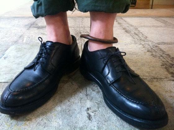 超ひさしぶりぶりに革靴(ブーツは含まず)を履いた、、シューキーパーも入れず何年も放置していたけど大丈夫みたい♪ これ、オールウェザーのオールデンちゃんなんで今日みたいな雨の日でもOKだよん♪  それにしても悪くないな~、、、ヘビロテの予感www