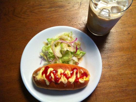 火曜日:エッグドッグ+アイスカフェオーレ