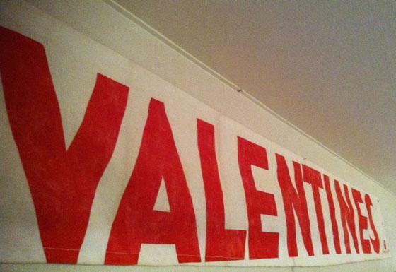 """バレンタインのバナー、、でも一般的なバレンタインのバレンタインでは無く航空会社のバナーなんですけどね、。 年中リビングにはってますwww さて14日は、バレンタインデーでしたね♡ 今年もお客様のお気遣いの""""愛""""を頂いた♪ w"""