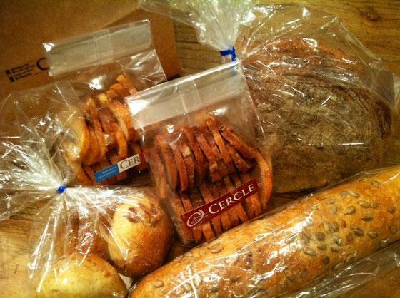 初めて食べる「CERCLE」ってとこのパンを頂いた。 30過ぎたあたりからこの手のハード系パンが好きになりました。 超嬉しい♪ 沢山なんで冷凍保存しておきます。。。 西本さんありがとうございました。   *皆さんほんとにありがとうございます。 感謝しています。