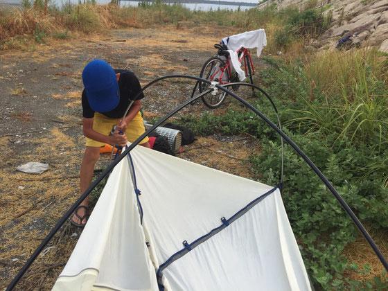 さっきまでの雨が嘘みたいに止んで一安心、、息子さん、テント設営も慣れたもの?