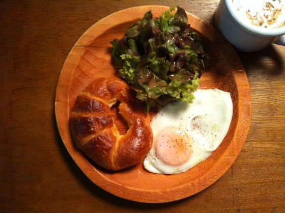 土曜日:クロワッサン+目玉焼き+カフェオーレ