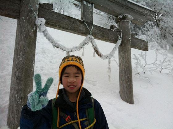 二の鎖手前の鳥居、、ここからが本番! 積雪も2mくらいは、、危険個所が続くんで気を引き締め、再度一歩一歩を確実に歩くように指導、。