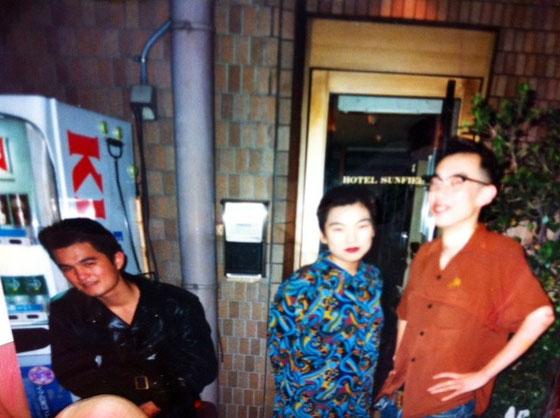 でこれが当時、クラブ前での写真、、超懐かしい! 隣の女の子はVの京都店マネージャー、。 ライダース野郎は友達なんですけど、今は、神戸で中華料理屋さんの支配人!おまけに趣味は登山なんかしてるし、、、、人生ってわからないね~。。。w  *NIMAのブログもチックしてるって言ってたけど帰ってきたら山でも行っちゃう?ww