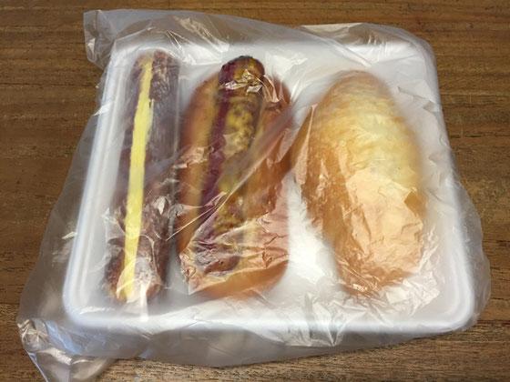 パンの差し入れ~♪ 左からデニッシュ地にカスタードクリーム挟んだパン、ソーセージのったやつ、塩パン、、この中で奥さんが必ず選ぶタイプのパンがあります!、、どれでしょう?、、答えは、ソーセージのやつです! 以外な感じでしょ~www うちの奥さんパン屋さんに行くと9割は自分用にソーセージ系のパン買ってきますから!w て事で、奥さん美味しそうにソーセージ系食べてましたwww 野崎さんいつもありがとうございます。