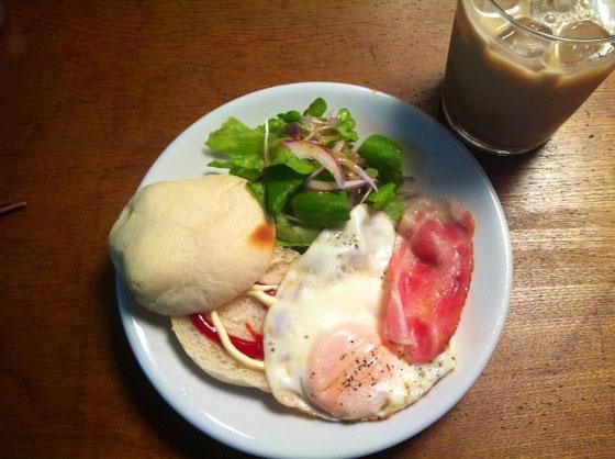 木曜:パン+ベーコン+目玉焼き+アイスカフェオーレ
