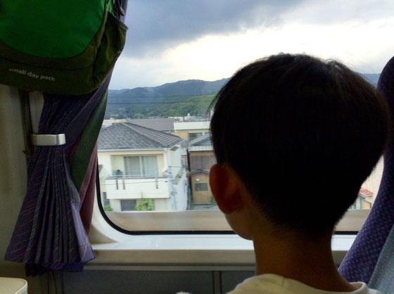 3日間の夏休み、、お客様にはご迷惑をお掛けしたかと思いますが、ありがとうございました。 ではでは高知横断レポを、。 前日、汽車で宿毛入り(汽車の関係で、ご予約お断りしたお客様ごめんなさい。) 。   息子さんと汽車乗るの初めて、、てか僕自身が15年ぶりくらい!なんか旅感増しちゃってるんですけど!♪