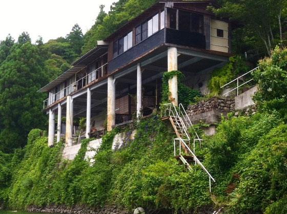 このダム来るといつも見入っちゃう建物。 この家からの眺めいいんだろ~な~。。。